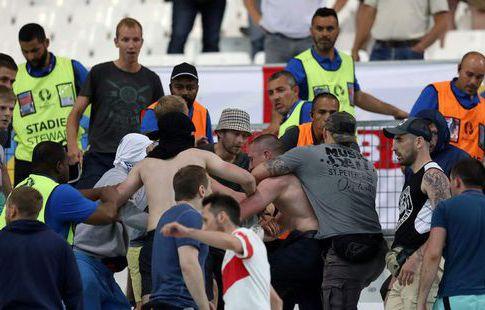 ФИФА осуждает фанатские столкновения начемпионате Европы воФранции