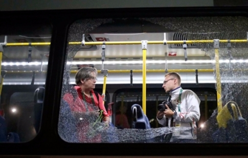 МОК: автобус с корреспондентами вРио необстреливали, азабросали «подручными предметами»