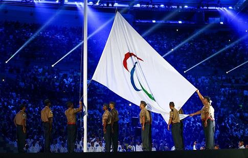 Белоруса, поднявшего флаг Российской Федерации наоткрытии Паралимпиады, лишили аккредитации