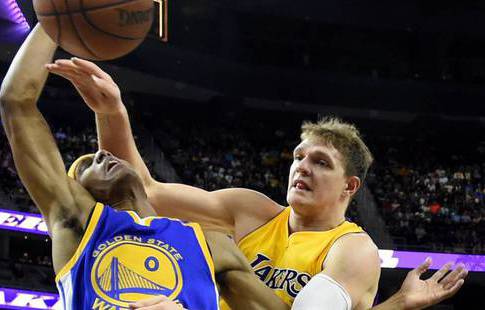 Баскетболист Мозгов вдебютном матче за«Лейкерс» набрал 12 очков