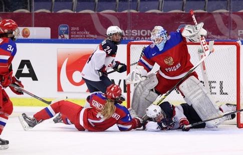 Хоккеистки молодежных сборных РФ иЧехии устроили драку впроцессе матча