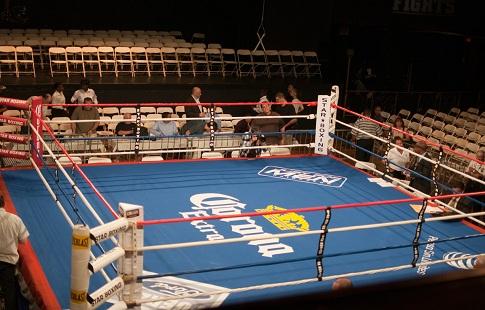 Боксёр во время титульного боя едва не отправил в нокаут рефери