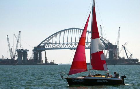 Яхтсмены впервый раз прошли под аркой Крымского моста