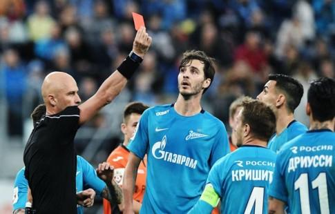 Карасёв продемонстрировал красную карточку Кришито, однако оставил игрока наполе