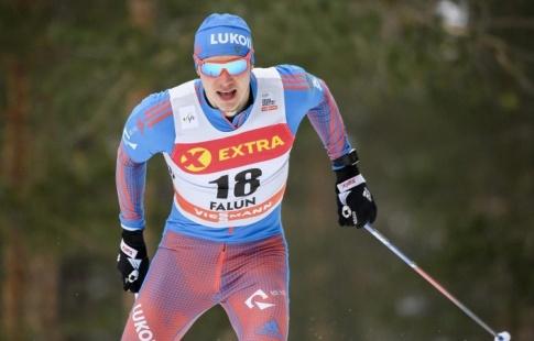 Русский  лыжник остановился вшаге отпьедестала наИграх