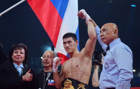 Дмитрий Бивол техническим нокаутом защитил титул WBA