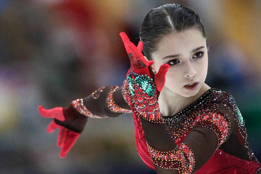 Валиева станцевала на фоне хоккейного Кубка Гагарина. ВИДЕО