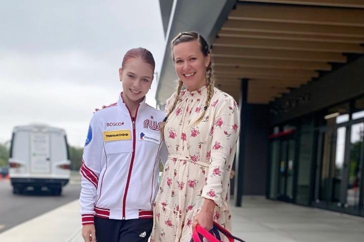 Ослепительная улыбка Тутберидзе и Трусова в жёлтом костюме: снимки из Норвуда. ФОТО
