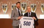 """Президент """"Реала"""" Перес вручил Рамосу футболку с номером 500"""