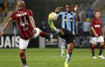 В Бразилии футболист получил травму и ждал врачей на поле. А они переехали ему ногу. ВИДЕО