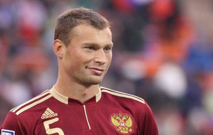Василий Березуцкий раздал футболки детям после тренировки сборной России