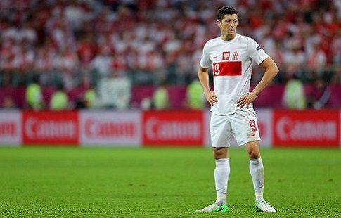 Роберт Левандовски пострадал от взрыва петарды во время матча с румынами