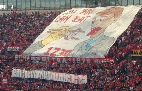 """Болельщики """"Милана"""" вывесили баннер, посвящённый продаже клуба китайским инвесторам"""