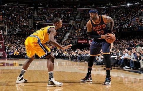 """""""Кливленд"""" и """"Голден Стэйт"""" – первые клубы, которые сыграют в финала плей-офф НБА три раза подряд"""