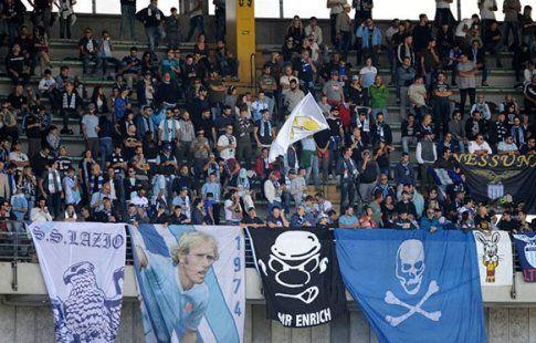 """Полиция Рима нашла фанатов """"Лацио"""", клеивших антисемитские стикеры на стадионе"""