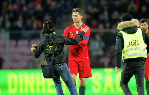 Выбежавший на поле болельщик поцеловал Роналду во время товарищеского матча