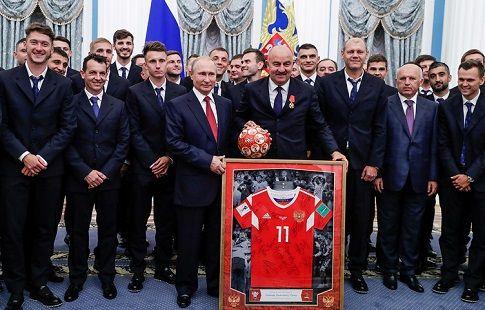 Путин вручил госнаграды тренерам и футболистам сборной России. ВИДЕО