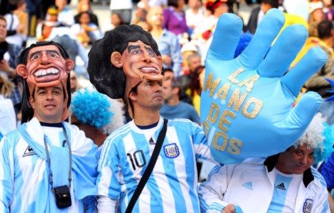 В Аргентине игрок заступился за удалённого одноклубника и избил судью до потери сознания. ВИДЕО