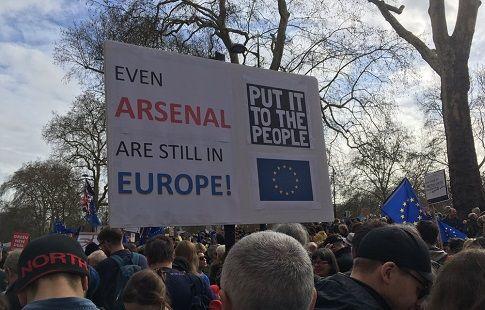 "Тема ""Брекзита"" докатилась до футбола. Митинг в Лондоне: ""Даже ""Арсенал"" всё ещё в Европе!"". ФОТО"