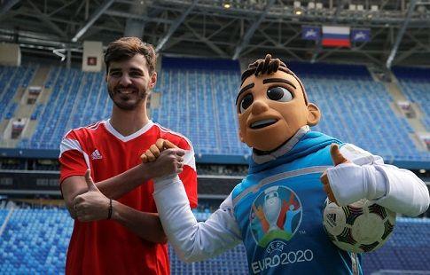 """Официальный талисман ЕВРО-2020 побывал на стадионе """"Зенита"""". ФОТО"""