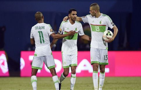 Защитник Алжира сам себя ударил и просил пенальти. Видео