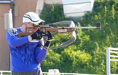 Логинов одержал победу в индивидуальной гонке на чемпионате России по летнему биатлону