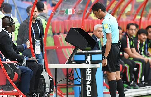В Саудовской Аравии сотрудник стадиона выключил систему VAR, чтобы зарядить телефон
