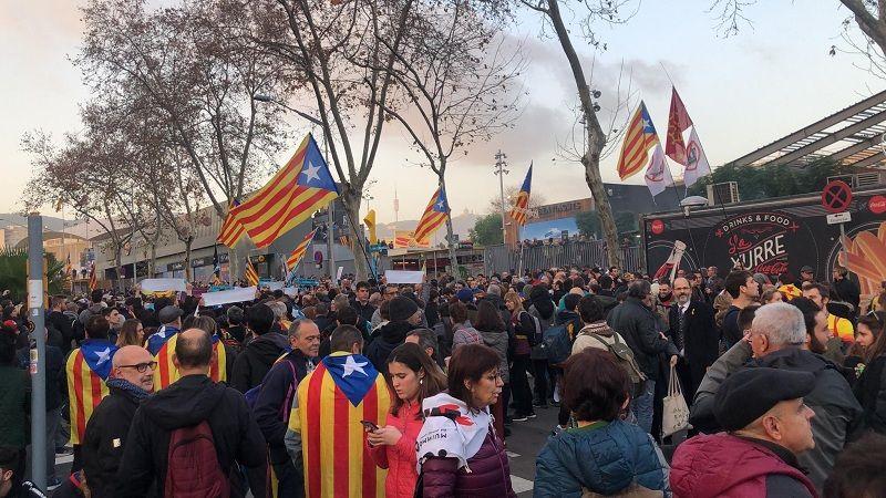 """Сторонники независимости Каталонии проводят акцию протеста перед матчем """"Барселона"""" - """"Реал"""""""