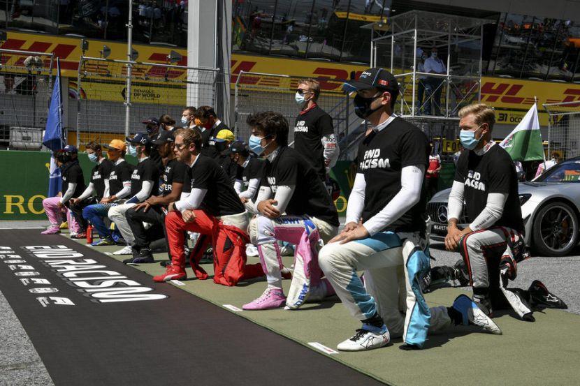 """Хэмилтон надеется, что все гонщики """"Формулы-1"""" встанут на колено"""