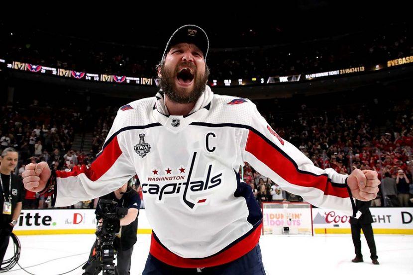 Ровно 15 лет назад Овечкин дебютировал в НХЛ: разбил стекло и сделал дубль. ВИДЕО